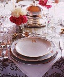 Тарелки ставят напротив каждого гостя на расстоянии примерно 2-3 см от края стола.  Следите, чтобы все тарелки стояли...