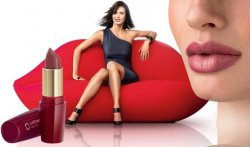 Если девушка красит губы красной помадой
