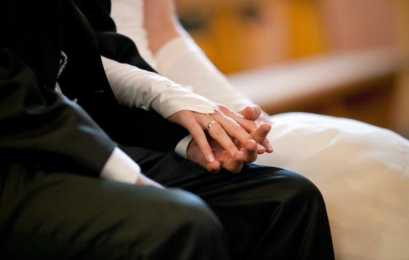 Рука невесты в руке жениха