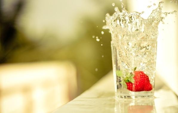 Вода с клубникой