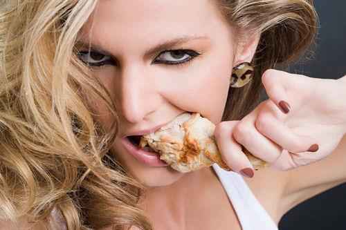 У девушки есть аппетит!