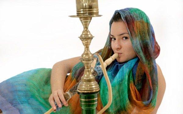 Восточная девушка курит