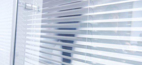 Как прикрепить жалюзи к пластиковым окнам