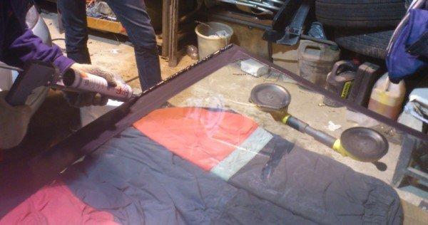Нанесение клея на лобовое стекло