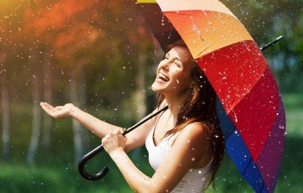 Веселая девушка под дождём