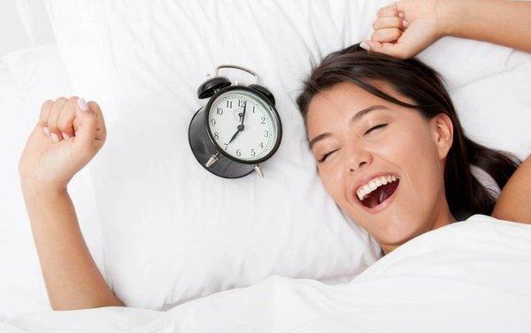 Девушка счастлива пробудиться раненько утром