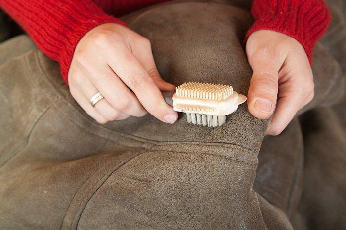 Чем почистить светлую замшевую куртку в домашних