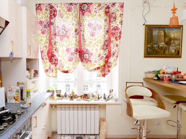 Яркая тюль на кухню