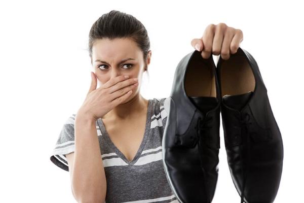 Как избавиться от запаха в обуви: домашние средства, дезодоранты