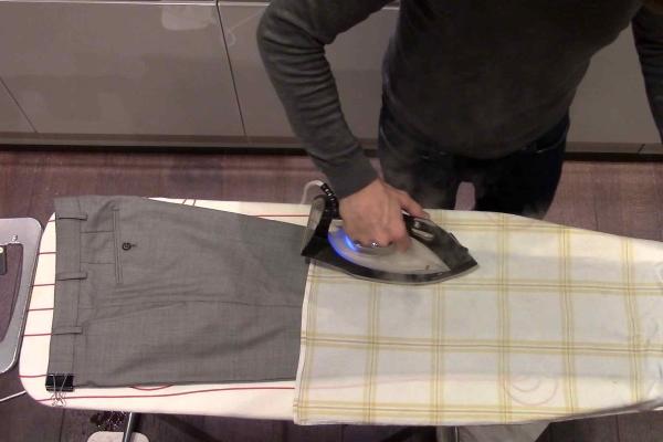 Гладить брюки через марлю
