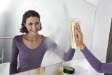 Чем почистить зеркало от разводов?