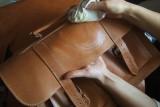 Правила и способы чистки кожаных сумок