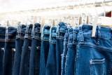 Почему джинсы красятся и что делать?